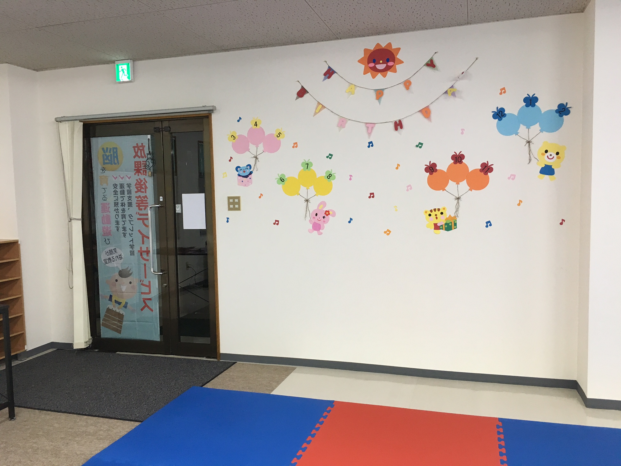 教室内、入り口
